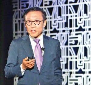 김기남 삼성전자 반도체총괄 사장이 파운드리포럼에서 사업계획을 설명하고 있다.