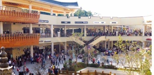 롯데아울렛 부여점은 연 300만 명이 다녀가는 관광 명소가 됐다. 롯데백화점 제공