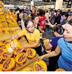 노브랜드 제품을 사려는 사람들로 북적이는 울란바토르 '이마트 몽골 1호점'. 이마트 제공