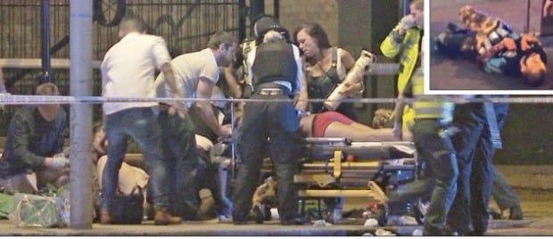 영국 경찰과 의료진이 3일(현지시간) 런던 중심부 런던브리지와 버러마켓에서 발생한 테러로 다친 시민들을 구조하고 있다. 용의자 한 명이 경찰 총격을 받고 쓰러져 있다(작은 사진). 런던AP/AFP연합뉴스