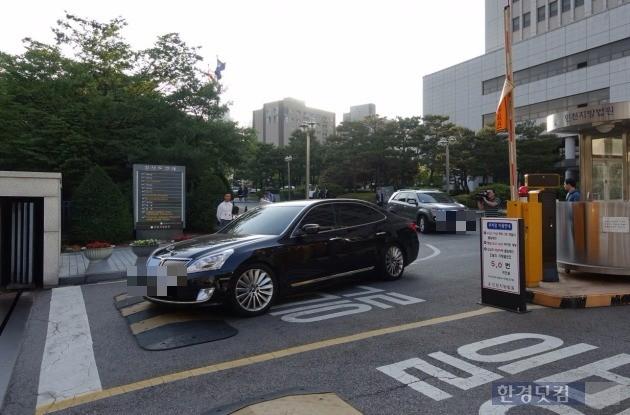 '인천 초등생 살인범' 김양의 공범 박양 변호사들이 재판을 끝내고 인천지법을 빠져나가고 있다_사진 이미나 기자
