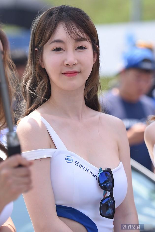 [포토] 레이싱모델 이가나, '눈부신 청순미~'