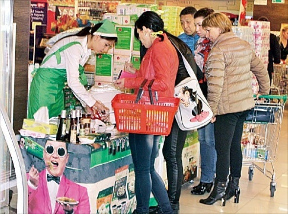 러시아 한 대형마트의 비비고 만두 시식행사에서 현지 주민들이 만두를 맛보고 있다. CJ제일제당 제공