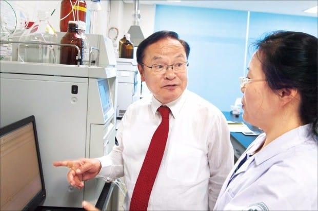 남봉길 한국팜비오 회장(왼쪽)이 성남 중앙연구소에서 한 연구원과 의약품 개발 과정을 논의하고 있다.      ♣♣한국팜비오 제공