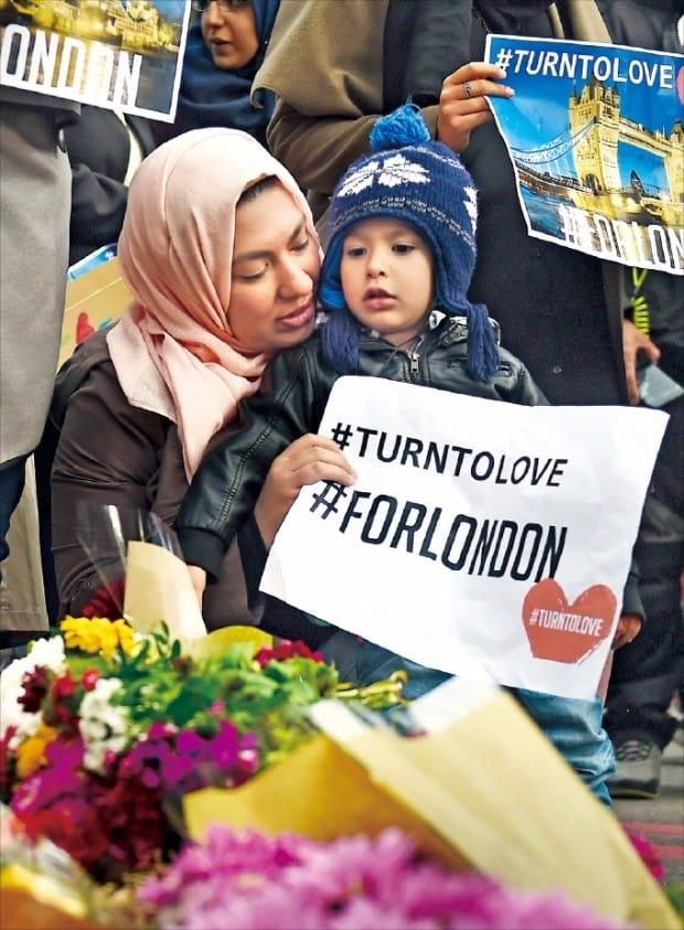 런던 테러 현장에 추모 물결