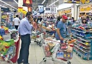 카타르의 수도 도하 시민들이 5일(현지시간) 슈퍼마켓에 몰려가 식료품을 사재기하고 있다. 도하AP연합뉴스