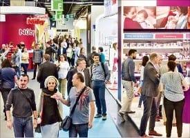 지난해 열린 '쾰른 국제유아동용품전시회'에서 관람객들이 부스를 구경하고 있다. 한경DB