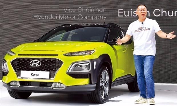 정의선 현대자동차 부회장이 13일 경기 고양시 현대모터스튜디오에서 현대차의 첫 소형 스포츠유틸리티차량(SUV)인 코나를 소개하고 있다. 정 부회장은 하와이 유명 휴양지에서 따온 차명에 맞춰 캐주얼 차림으로 신차 발표회에 참석했다. 허문찬 기자 sweat@hankyung.com