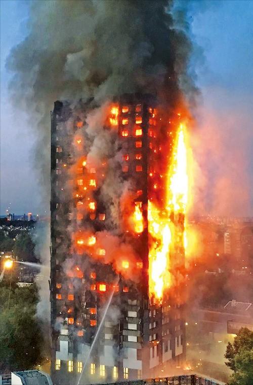 테러 이어 또 악몽…런던 24층 아파트 대형 화재