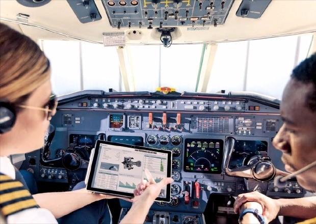 롤스로이스는 항공기 엔진에 설치된 100여개의 센서를 통해 진동, 압력, 온도, 속도 등의 데이터를 수집한다. 마이크로소프트(MS)의 클라우드 플랫폼 애저(Azure)를 통해 취합한 데이터를 분석하고, 엔진 결함 및 교체 시기를 예측한다. MS 제공