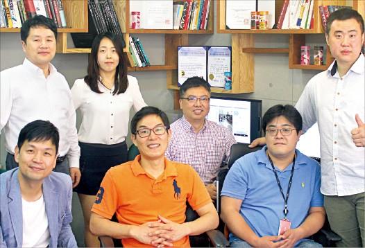 외국인 대상 한국여행 앱 '위코리아'를 개발 중인 홍석표 MHQ 대표(뒷줄 왼쪽 첫번째)와 직원들. 임원기 기자