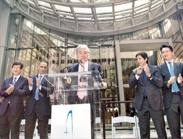 조양호 한진그룹 회장(가운데)이 지난 23일 미국 로스앤젤레스(LA)에서 열린 '윌셔 그랜드 센터' 개관식에서 인사말을 하고 있다. 왼쪽부터 이기철 주LA 총영사, 엘리 마루프 미주 인터컨티넨탈호텔 그룹 CEO, 조 회장, 케빈 드레온 캘리포니아주 상원의원, 조원태 대한항공 사장. 한진그룹 제공