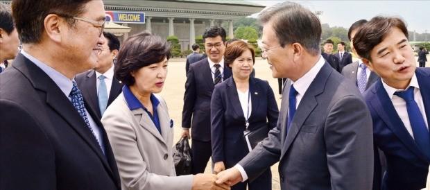 문재인 대통령이 28일 한·미 정상회담을 위해 미국으로 출국하기 전 경기 성남 서울공항에서 더불어민주당 우원식 원내대표(왼쪽 첫 번째), 추미애 대표(두 번째)와 만나 얘기를 나누고 있다. 허문찬 기자 sweat@hankyung.com
