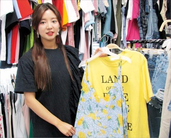 김소영 에스와이제이 대표가 여성복 제품을 들어보이고 있다. 김정은 기자