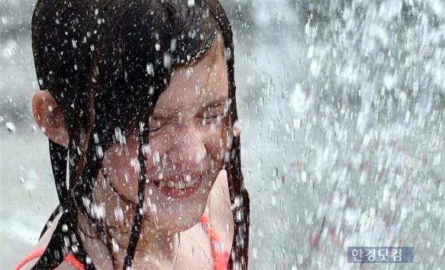 폭염 속에 물놀이를 하고 있는 외국인 어린이. / 사진=한경 DB