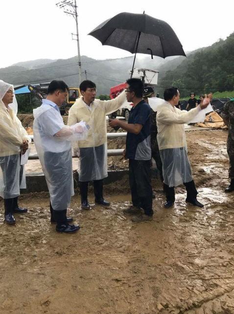 안희정 지사, 폭우 피해 입은 청주·천안 방문…우산 든 '착한 손' 눈길