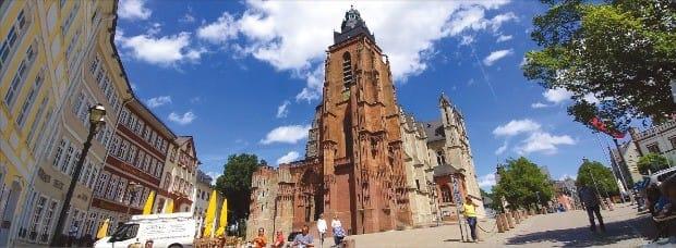 베츨라 광장 중앙에 있는 베츨라 성당. 여러 시기에 걸쳐 다양한 건축 양식으로 지어졌다.