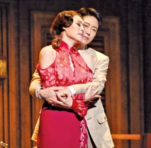뮤지컬 '마타하리'에서 열연하고 있는 차지연(앞)과 엄기준.