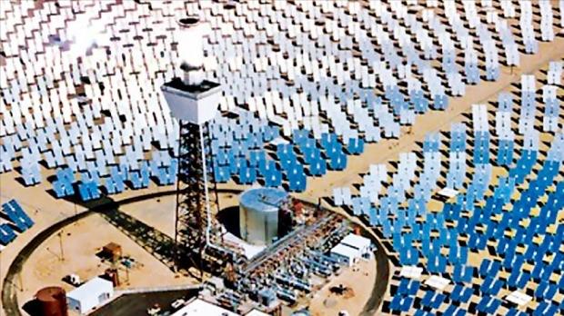 미국 브라이트소스에너지가 캘리포니아주 모하비 사막에 세운 태양광 및 태양열 발전소 전경. 넓이가 여의도 면적의 다섯 배에 달하는 14㎢다.  AP·구글 캡처