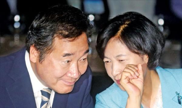이낙연 국무총리(왼쪽)와 추미애 더불어민주당 대표가 28일 서울 한국프레스센터에서 열린 인터넷신문의 날 기념식에서 얘기하고  있다.  연합뉴스
