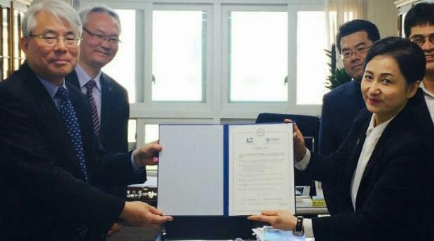 한양대 부동산융합대학원(원장 김홍배, 사진 왼쪽 첫번째)과 한국씨피엠협회(회장 윤선화, 오른쪽 첫번째)이 지난달 CPM과정 개설 협약식을 가졌다.