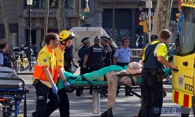 17일(현지시간) 스페인 유명 관광지인 라스 람블라스 구역에서 차량 테러가 발생했다. / 사진=www.politico.eu