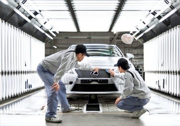 일본 후쿠오카현 미야와카시에 있는 도요타 규슈미야타 공장에서 직원들이 생산 중인 승용차 렉서스의 조립 상태를 점검하고 있다.  한경DB