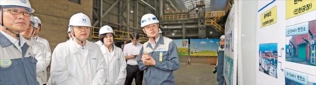 이인호 산업통상자원부 차관(앞줄 왼쪽 두 번째)이 10일 현대제철 인천공장을 방문해 전력 수급 현황을 듣고 있다. 연합뉴스