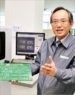 고광일 고영테크놀러지 사장이 전자부품 3차원 검사장비를 설명하고 있다.