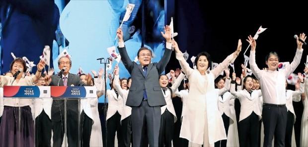 < 만세 외치는 文대통령·김정숙 여사 > 문재인 대통령과 부인 김정숙 여사(오른쪽 두 번째)가 15일 서울 세종문화회관에서 열린 제72주년 광복절 경축식에 참석해 만세를 부르며 태극기를 흔들고 있다.  허문찬 기자 sweat@hankyung.com