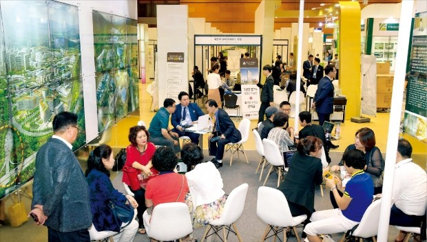 아시아 최대 부동산박람회인 '시티스케이프 코리아 2017'을 찾은 관람객들이 17일 조경·인테리어업체인 (주)계리디자인 부스에서 상담하고 있다.  김영우 기자 youngwoo@hankyung.com