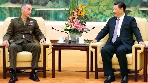"""< 시진핑 """"美 합참의장 동북지방 방문은 美·中 군사관계 진전 보여줘"""" > 중국을 방문 중인 조지프 던퍼드 미국 합참의장(왼쪽)이 17일 베이징 인민대회당에서 시진핑 국가주석과 만나 양국 군사현안에 대해 얘기하고 있다. 시 주석은 이 자리에서 """"(미 합참의장이) 동북지방을 방문한 것은 미·중 군사관계가 진전했음을 보여준다""""며 """"양국과 양국민 사이의 근본이익뿐 아니라 국제전략의 모든 국면에서 (양국 관계가 미치는) 심각한 영향을 고려해야 한다""""고 말했다.  베이징AP연합뉴스"""