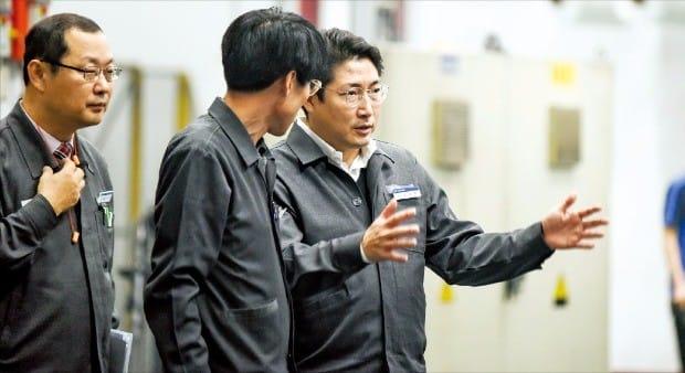 조현준 효성 회장(맨 오른쪽)이 구미공장을 방문해 폴리에스테르원사 공정 과정을 점검하고 있다.  효성 제공