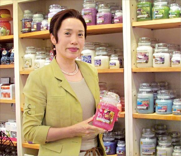 임미숙 아로마무역 대표가 서울 삼성동 집무실에서 향초제품을 들어보이고 있다.  김정은 기자
