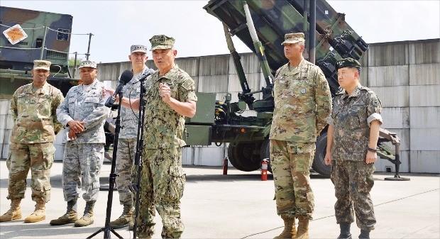 한·미 연합훈련인 을지프리덤가디언(UFG)에 맞춰 한국을 방문한 해리 해리스 태평양사령관(왼쪽 네 번째) 등 미군 핵심 수뇌부가 22일 오산 주한미군 공군기지에서 기자회견을 했다. 왼쪽부터 게이니 미 육군94방공미사일 사령관, 새뮤얼 그리브스 미사일방어청장, 존 하이튼 전략사령관, 해리스 사령관, 빈센트 브룩스 한미연합사 사령관, 김병주 한미연합사 부사령관. 연합뉴스
