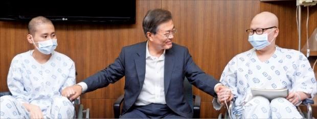 문재인 대통령이 지난 9일 반포동 서울성모병원에서 투병 중인 환자를 격려하고 있다.  청와대 사진기자단