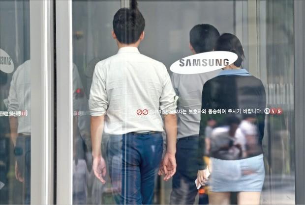 이재용 삼성전자 부회장이 25일 징역 5년의 중형을 선고받자 삼성그룹은 큰 충격에 휩싸였다. 그룹 안팎에서는 '리더십 공백' 장기화로 삼성의 대외 신인도가 추락할 것이라는 우려의 목소리가 높다. 이날 오후 서울 서초동 삼성사옥으로 직원들이 들어가고 있다.  허문찬 기자 sweat@hankyung.com