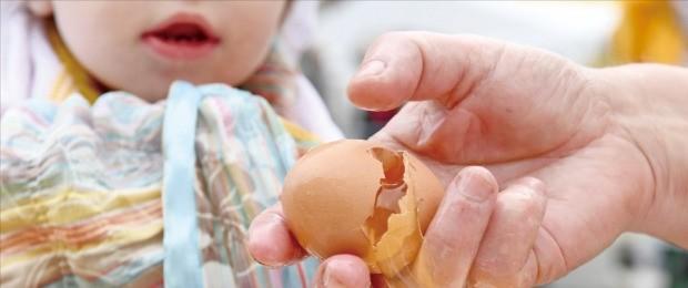 """< """"살충제 공포 언제까지"""" > 장바구니 물가가 1년 내내 치솟고 있는 가운데 살충제 계란, 유럽산 간염 소시지 파문이 겹치면서 먹거리 불안감이 커지고 있다.  연합뉴스"""