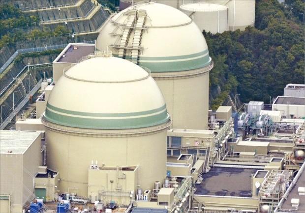일본 후쿠이현의 다카하마원전 3호기가 지난 6월 가동을 재개했다. 2012년 2월 이후 약 4년 만의 재가동이다. 2011년 3월 후쿠시마 제1원전 사고 이후 새롭게 마련된 원전 규제 기준하에서 다카하마원전은 두 번째로 재가동됐다. 개별 원자로로는 세 번째 재가동 사례로 기록됐다. AP연합뉴스