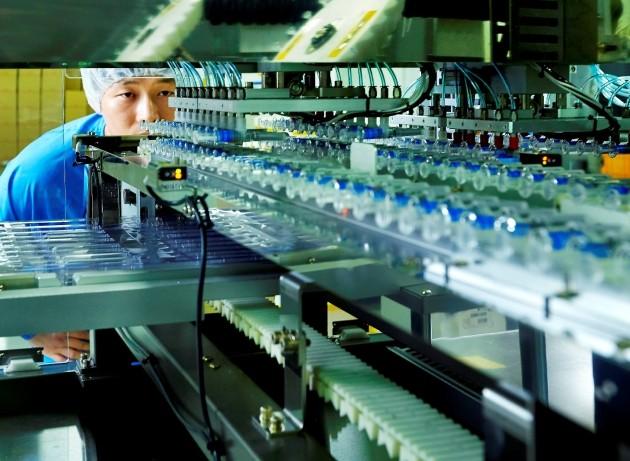 SK케미칼 직원이 안동 L하우스에서 백신이 생산되는 현장을 점검하고 있다. SK케미칼 제공