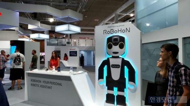 일본 가전업체인 샤프가 개인 로봇인 '로보혼'을 홍보하고 있다. 앞으로 출시 예정인 이 제품은 IFA에서 손바닥 크기의 샘플을 전시했다. (사진 김하나 기자)