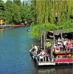 베를린을 가로지르는 슈프레강 변을 따라 여유로운 시간을 즐기는 베를린 사람들