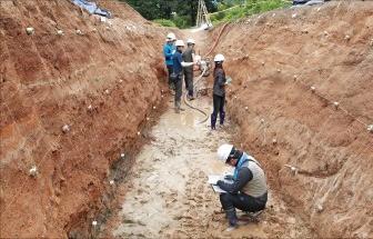 한국지질자원연구원 연구진이 지난해 9월 경주 지진이 일어난 진앙지 인근 땅에 구덩이를 파고 최근 일어난 지각 변동을 살피는 트렌치 조사를 하고 있다.  /한국지질자원연구원 제공