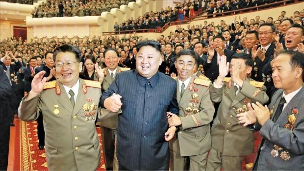 """김정은 북한 노동당 위원장(왼쪽 두 번째)이 '수소탄 시험 성공 기념 축하연'에 당·정·군 고위 간부들과 함께 참석했다고 조선중앙통신이 10일 보도했다. 김 위원장은 이 자리에서 """"이번에 울린 수소탄 폭음은 피의 대가로 이루어낸 조선 인민의 위대한 승리""""라고 말했다.  /연합뉴스"""