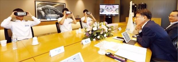 경남 창원 두산중공업 본사에서 열린 기술직 블라인드 최종면접에서 지원자들이 가상현실(VR) 기기를 활용해 두산중공업 창원 공장을 체험하고 있다. 두산중공업 제공