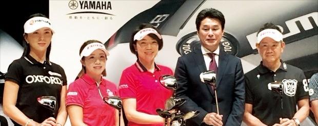 야마하골프 사업을 총괄하는 요시다 노부키 부장(오른쪽 두 번째)과 윤채영(왼쪽부터), 오에 가오리, 오야마 시호, 후지타 히로유키 등 야마하골프 클럽을 사용하는 프로 골퍼들이 지난 11일 일본 도쿄에서 열린 2018년 리믹스 신제품 출시 행사에 참석해 클럽을 소개하고 있다. 도쿄=최진석  기자