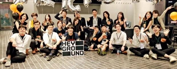 지난 6월 문을 연 서울 성수동 헤이그라운드에서 루트임팩트 임직원들이 개장 기념 파티를 하고 있다. /루트임팩트 제공
