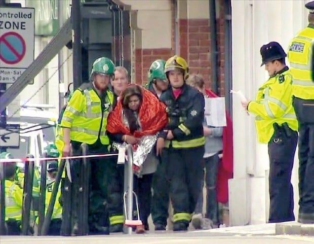 런던 지하철  출근길 테러… 20여명 부상