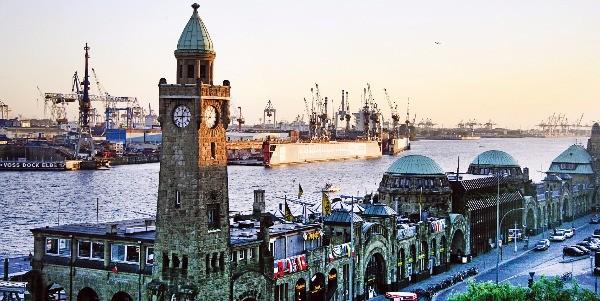 세계 곳곳에서 찾은 대형 선박들이 정박해 있는 함부르크의 항구