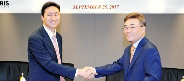 지난 25일 서울 계동 현대빌딩에서 정기선 현대중공업 전무(왼쪽)와 김완중 폴라리스쉬핑 회장이 초대형광석운반선(VLOC) 10척의 건조 계약을 맺었다.  /현대중공업 제공